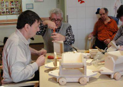 Bewohner des Altenheim Schweikershain basteln gemeinsam einen Zug aus Holz