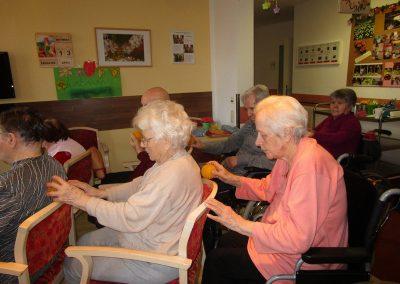 Beschaeftigung auf Wohnbereich - Massage mit Igelball