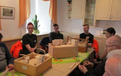Bewohner erhalten Bausätze für Lokomotiven und Anhänger aus Holz