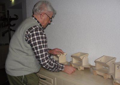 Bewohner des Altenheim Schweikershain basteln gemeinsam einen Zug aus Holz - fertiggestelltes Modell