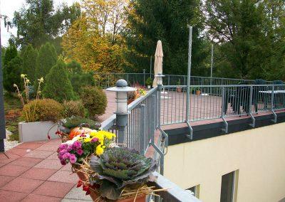 Terrasse mit Sonnensegel und Sitzgelegenheiten; hier können bei schönem Wetter die Bewohner die Sonne genießen; manchmal nehmen wir auf der Terrasse die Mahlzeiten ein