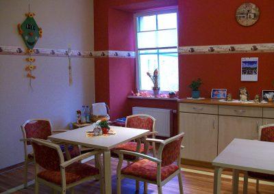 Gemütlicher Aufenthaltsraum, der jahreszeitlich dekoriert wird; die Bewohner nehmen hier ihre Mahlzeiten ein